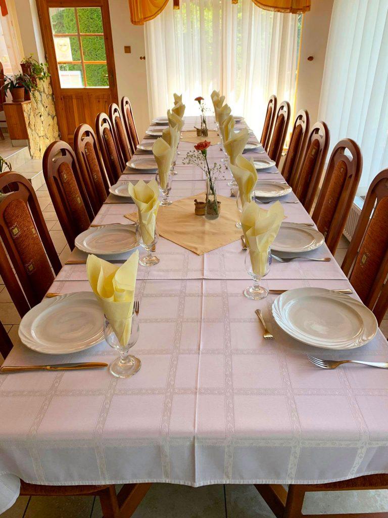 Telkibánya Aranybánya Üdülőpark étterem asztal